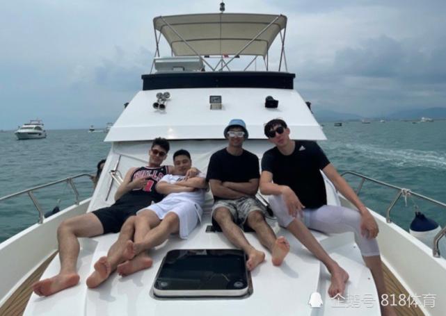 周琦三亚包豪华游艇度假,与队友阿布都阿尔斯兰出海钓鱼