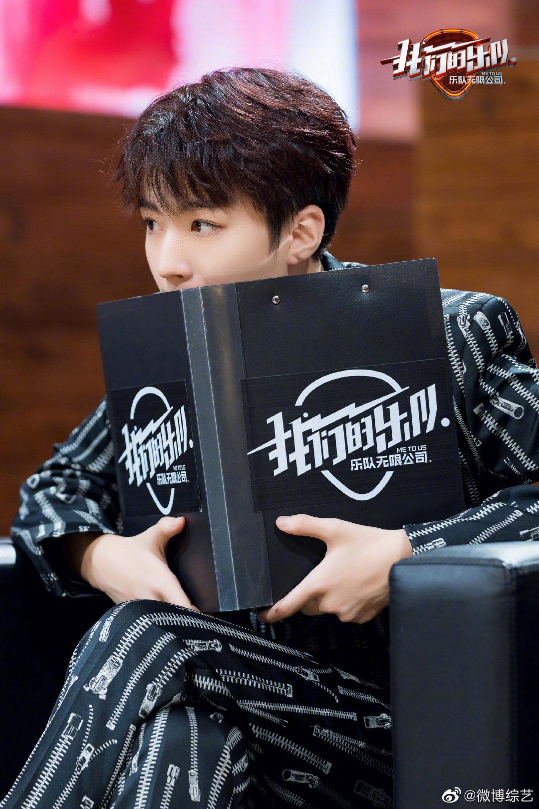 王俊凯一身拉链印花西装搭配黑色choker化身摇滚少年