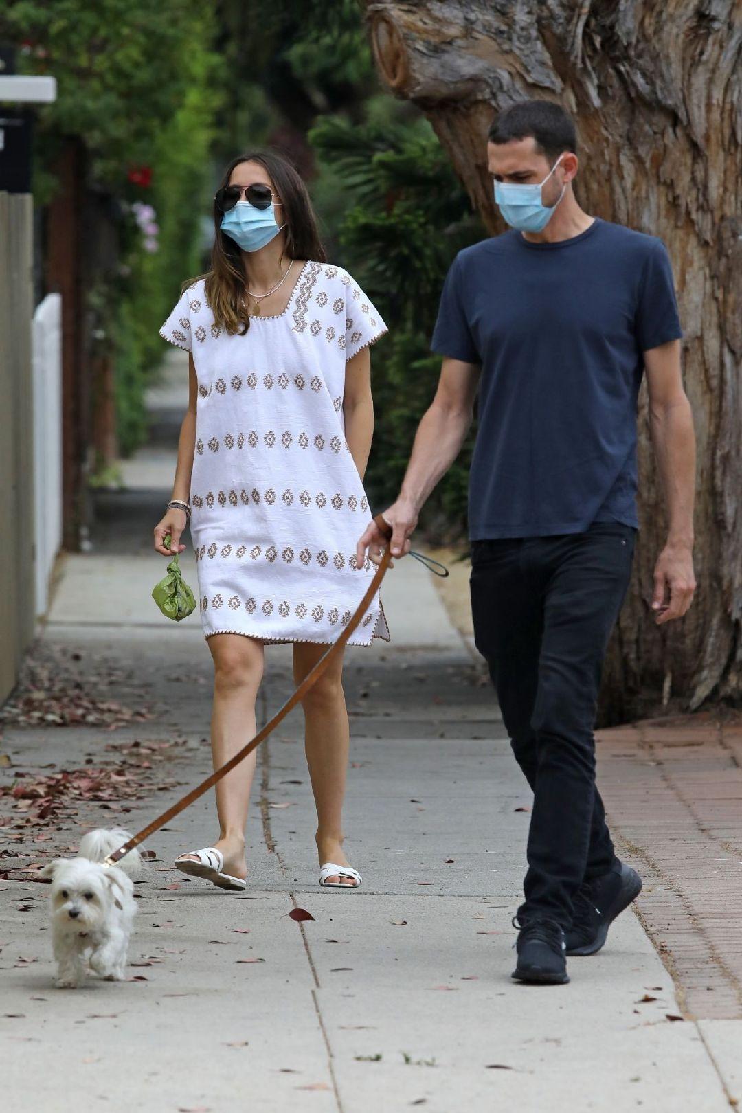 穿白色连衣裙的安娜·德·阿玛斯(Ana De Armas)–和她的哥哥哈维尔(