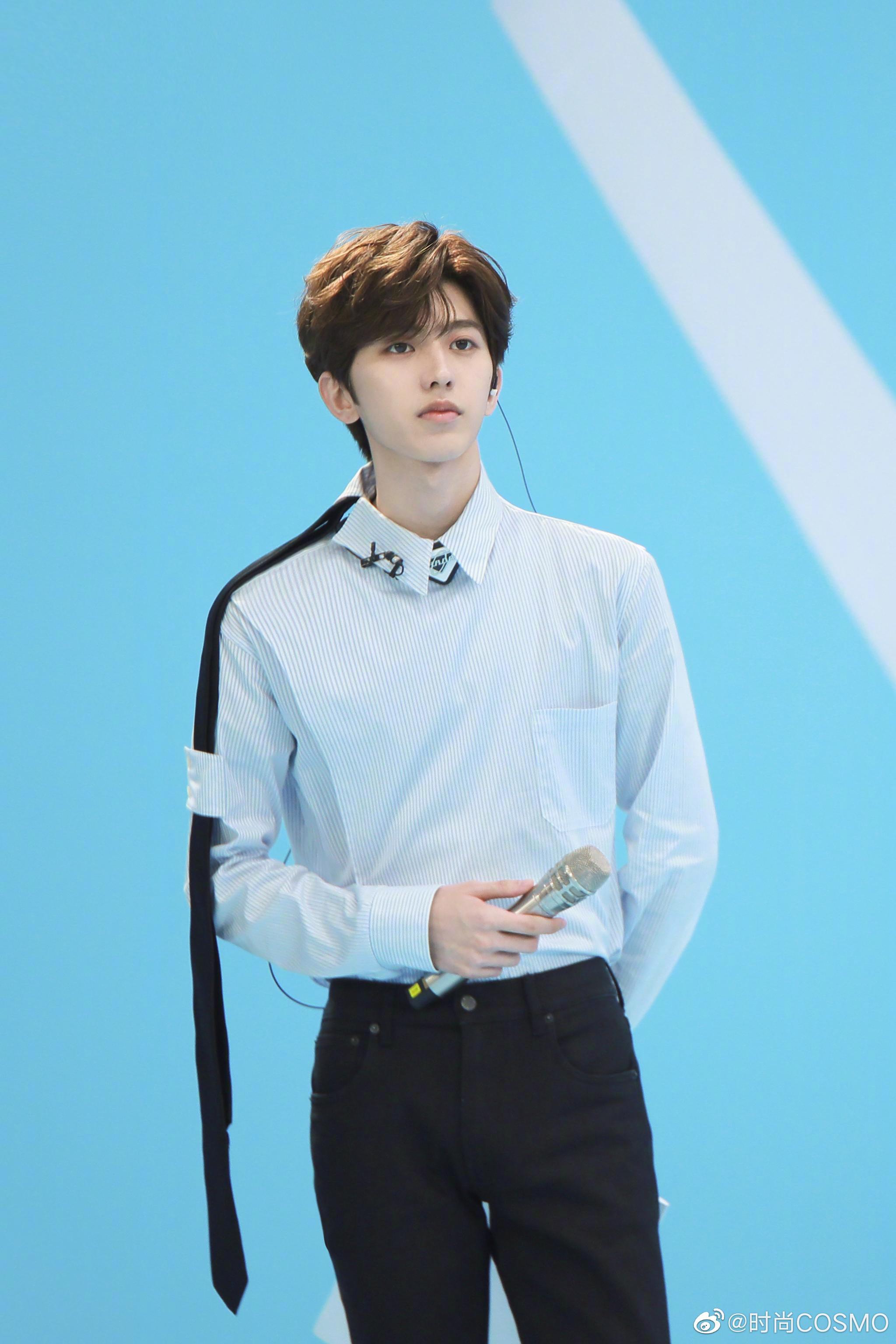 @蔡徐坤 青春有你2新造型~白色竖条纹衬衫搭配黑色西装裤