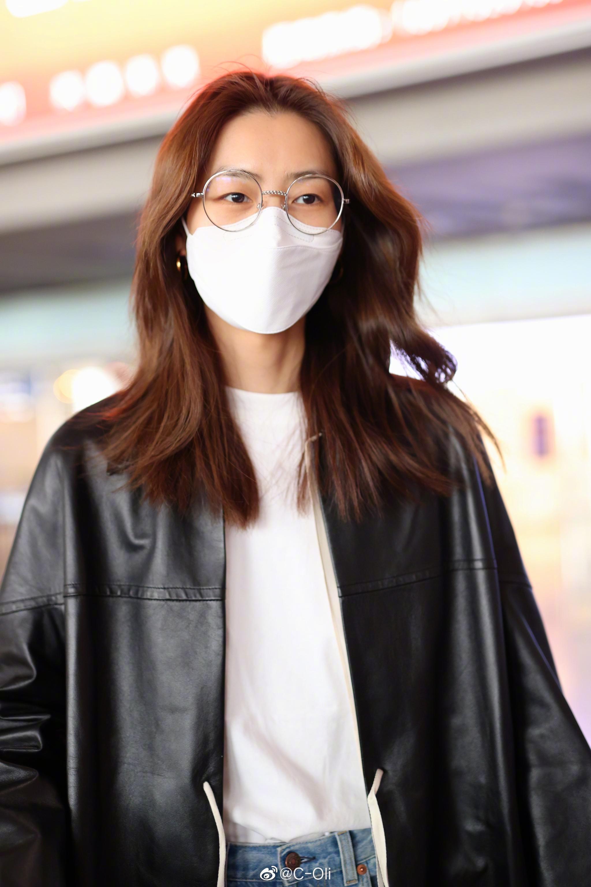 今日行色匆匆的机场Wen  白T牛仔裤搭一件黑色长款皮衣……