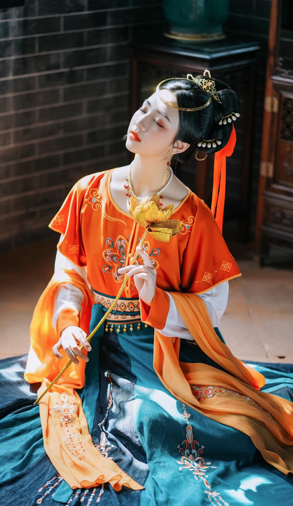 敦煌壁画走出的汉服仙女,娇颌微抬玉足轻点,与落日共舞