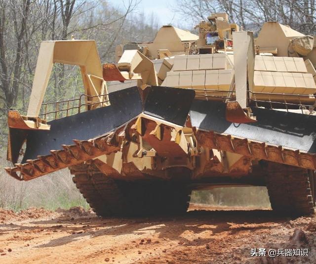 """美军M1150突击破障车 带了8种设备""""庞然大物"""""""