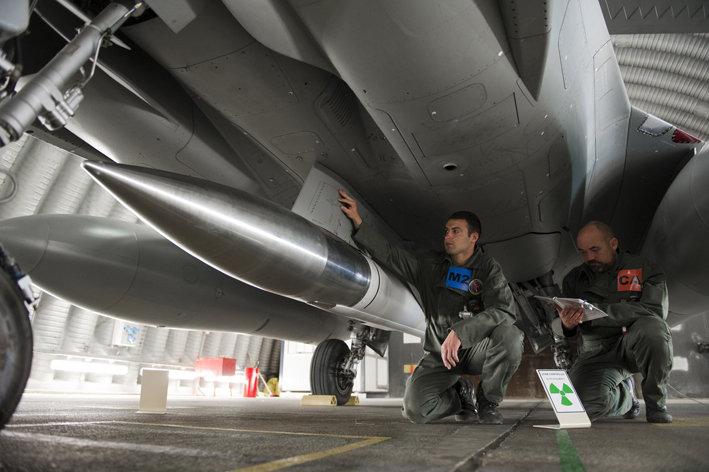 """法国战略空军(FAS)的""""阵风F3""""型和""""幻影2000N""""战斗机可以在机腹"""