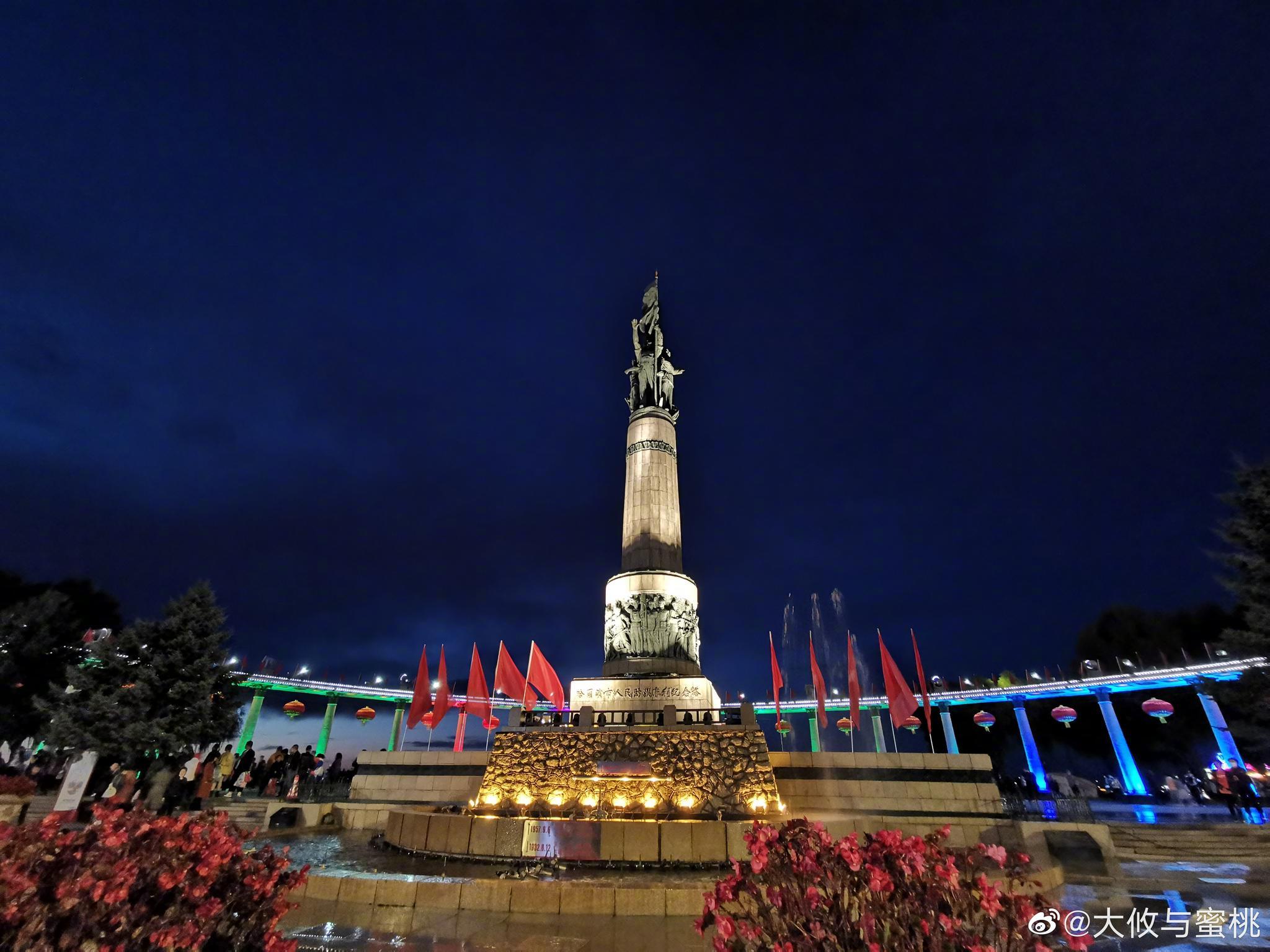 这就是我们哈尔滨防洪纪念塔和松花江的夜景