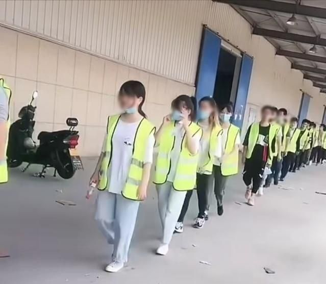 深圳某工厂主管痛骂打工者,表示:与中介无关,是你们不能吃苦