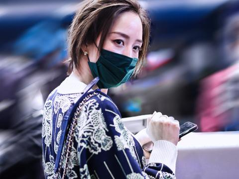 张钧甯身穿香奈儿印花开衫搭配黑色legging现身机场
