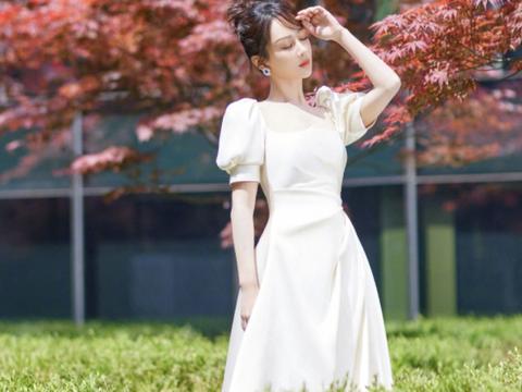 杨紫减肥成功大变样,穿缎面婚纱裙仙气十足,置身红叶氛围感满分