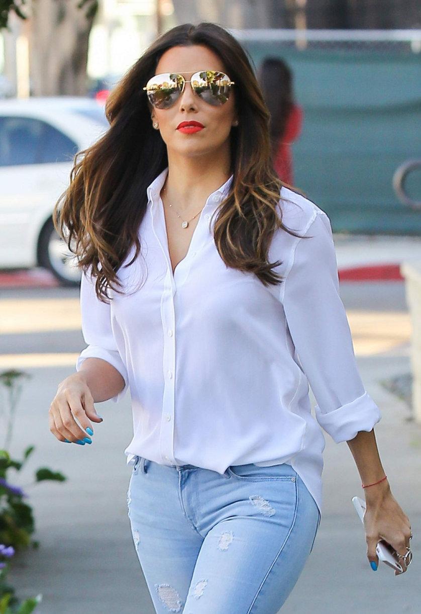 《绝望的主妇》伊娃·朗格利亚身穿白色衬衫搭配牛仔裤街拍