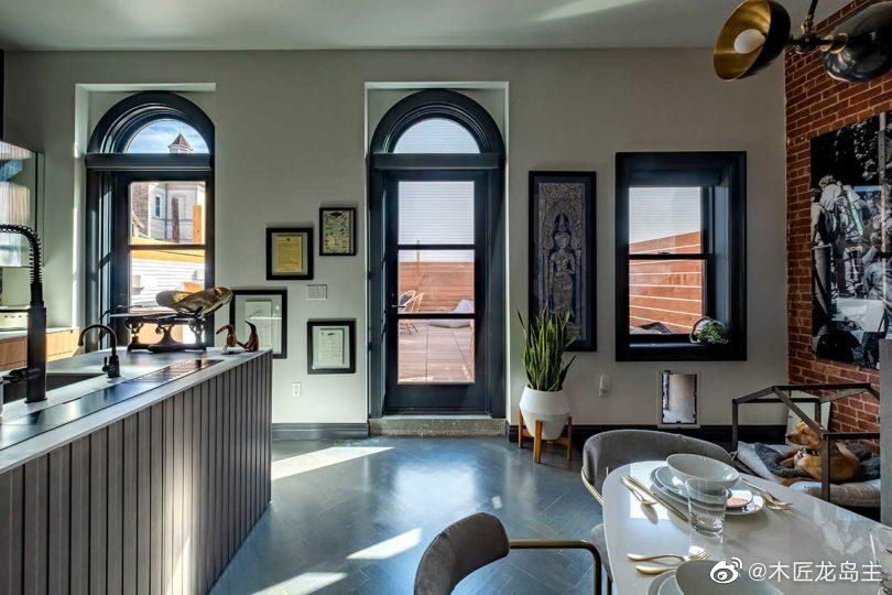 安东尼·卡里诺带你参观他的现代厨房和用餐空间的翻新和建造——一个