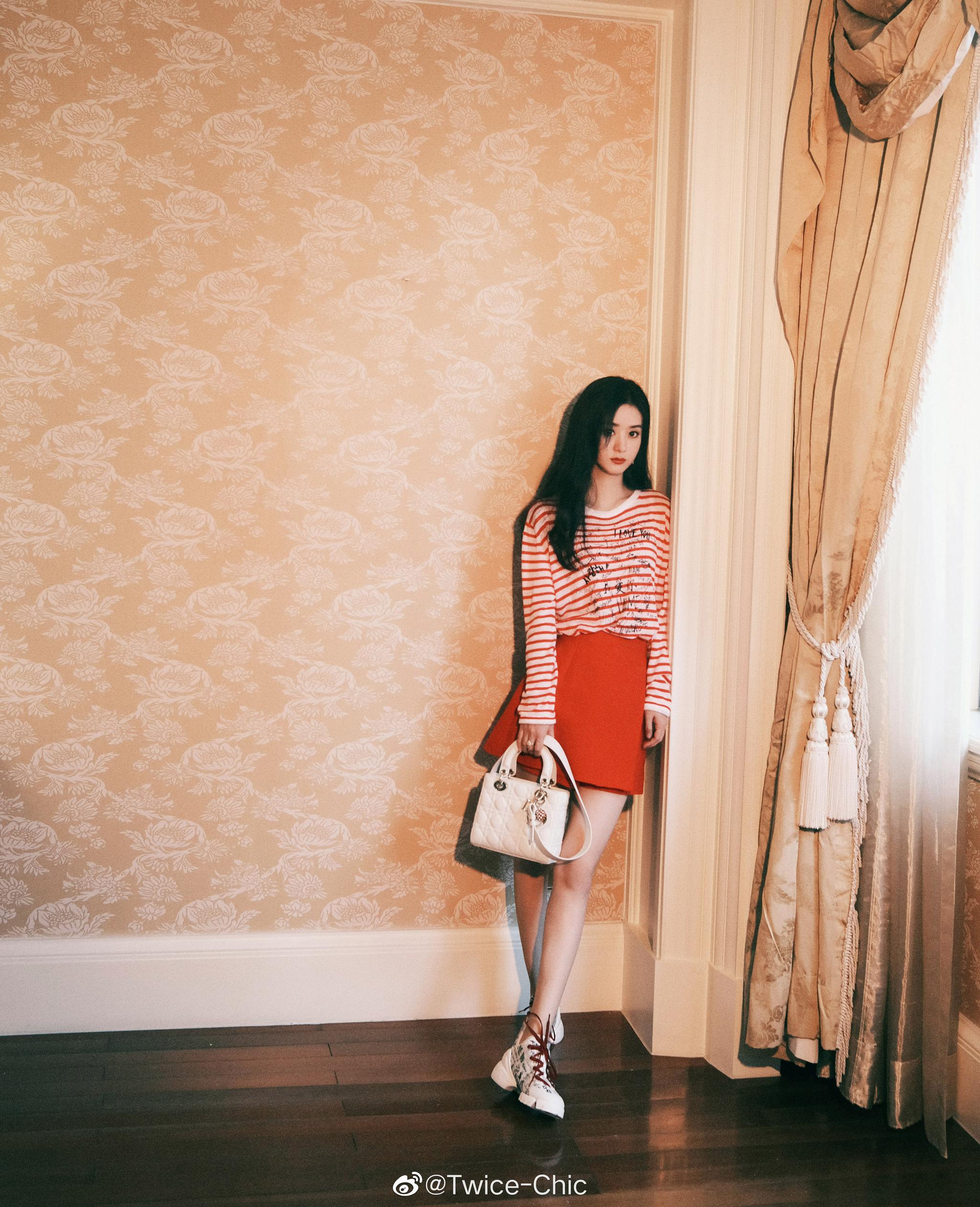 赵丽颖今日北京活动造型,选择Dior红色条纹衫搭配半裙与运动鞋
