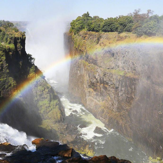 维多利亚瀑布位于非洲赞比西河中游,赞比亚与津巴布韦接壤处