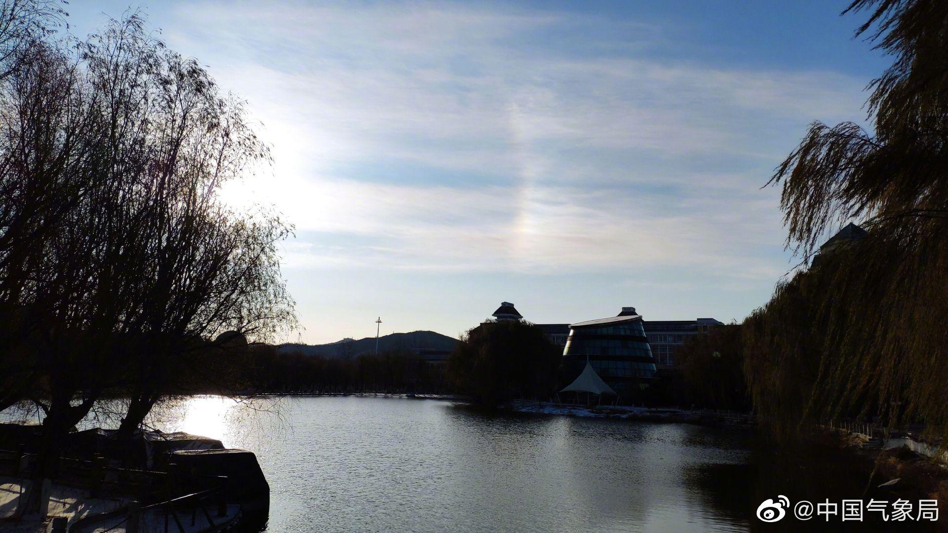 11月24日,辽宁锦州出现日晕现象。日晕,一种罕见的大气光学现象