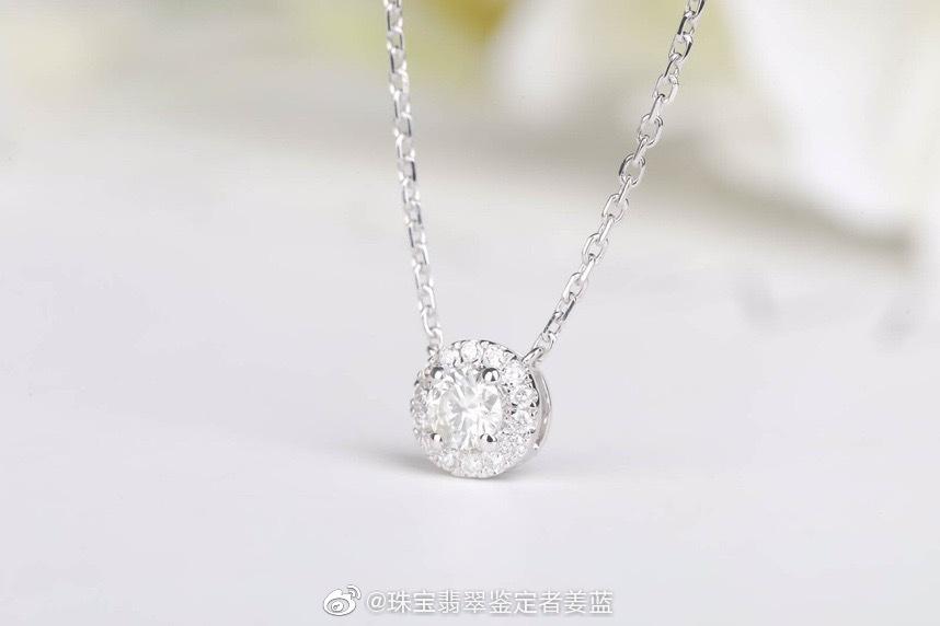 钻石锁骨链,很经典的款式,主钻周围围镶配钻,这款主钻20分