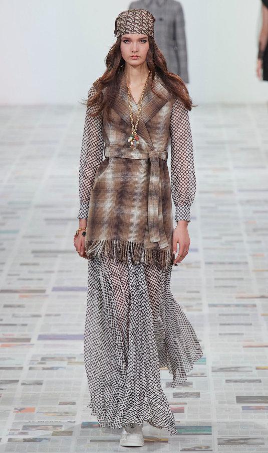 Dior老花与印花头巾呈现经典复古兼具游牧感设计