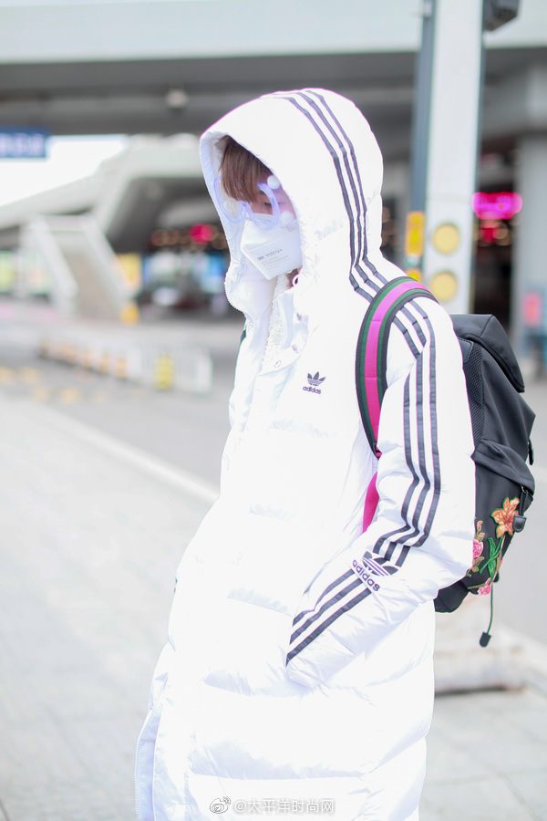 现身机场~身着白色Adidas羽绒服+Balenciaga老爹鞋+双肩包