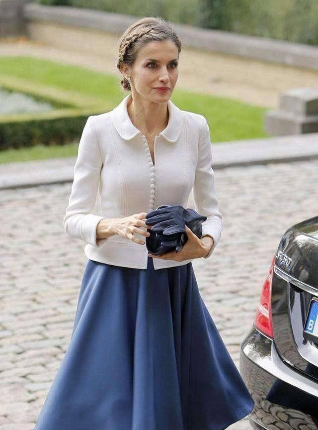 西班牙王后的穿搭火了,简约而有质感,秋季学她这样穿优雅还保暖