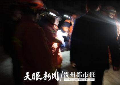 男子爬上32楼楼顶欲轻生 消防员及时出手救下