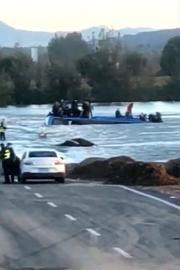 河北大巴坠河事故致14人遇难 河北通勤车坠河瞬间曝光!河北平山大巴坠河事故原因