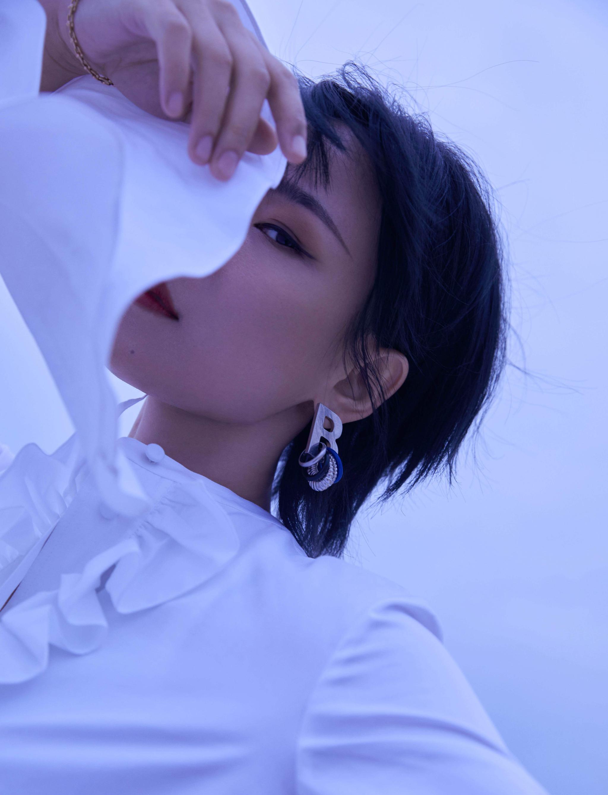 周笔畅最新造型,白色荷叶边衬衫温柔浪漫
