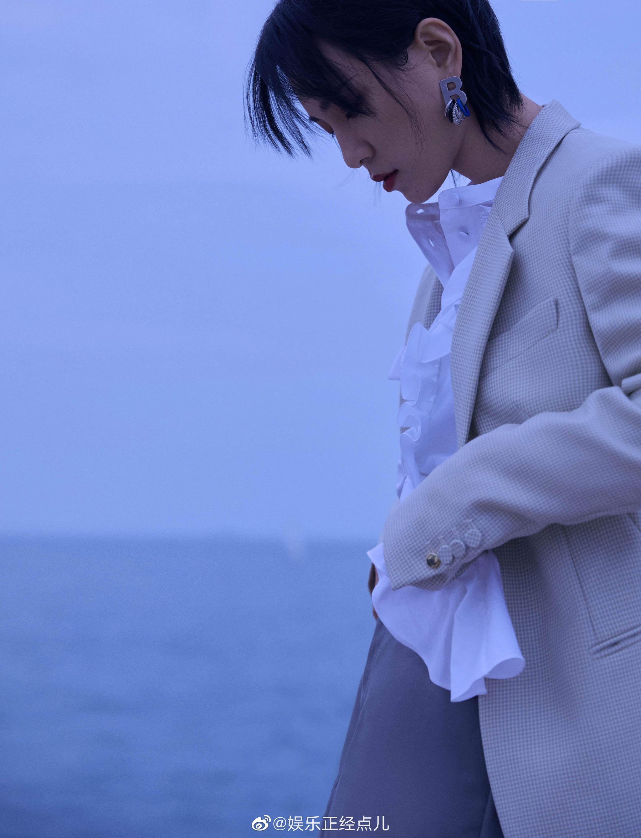 周笔畅最新造型,白色荷叶边衬衫文艺复古,灰色西装裙干练飒爽