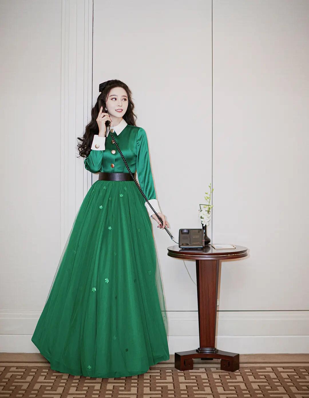 范冰冰现身深圳时装周,一袭白领绿色缎面公主裙绝美