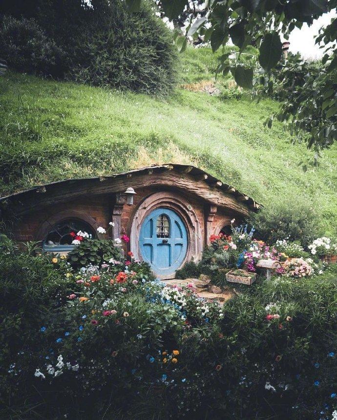 霍比特人的小屋,诉说着夏尔人的生活热情。