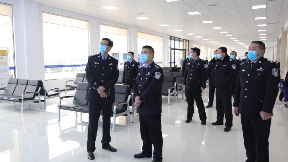 县政府党组成员、公安局局长何晓伟莅临车管所检查指导工作