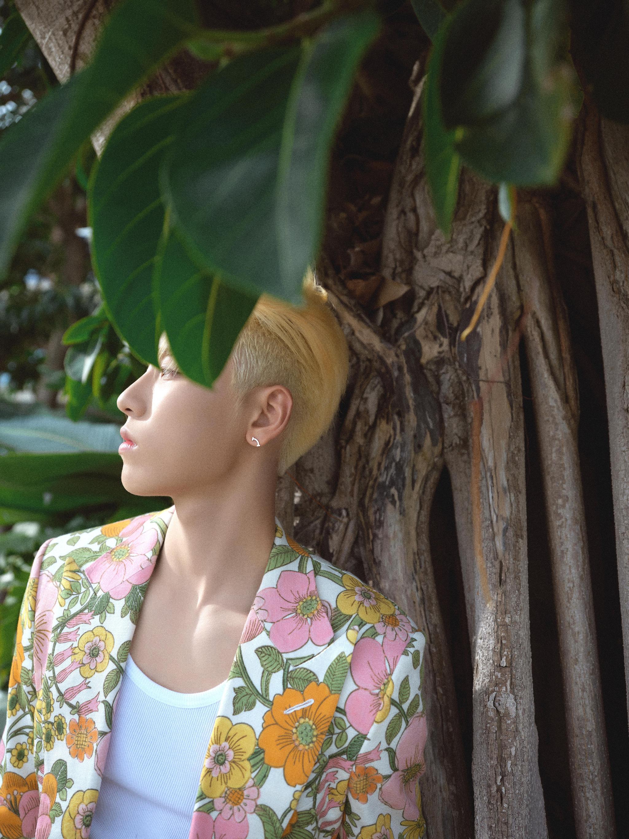 活动造型,一头金发身穿TomFord花卉系列西服……