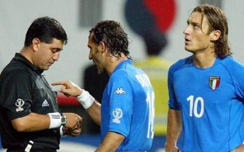 02年世界杯韩国进4强,对阵意大利的比赛,裁判莫雷诺做了什么?