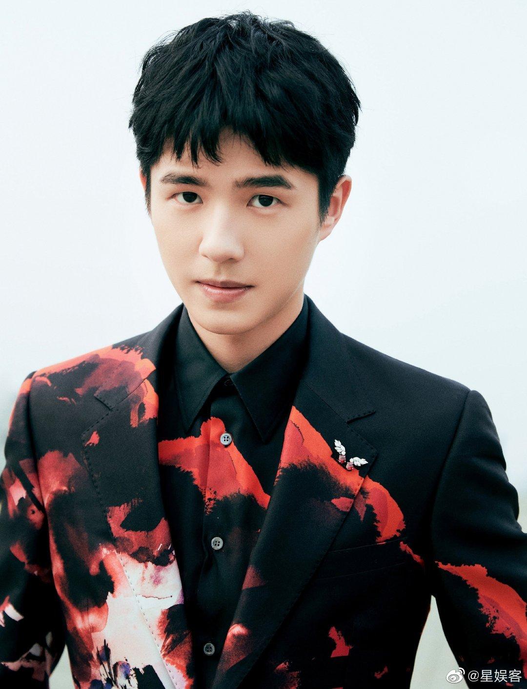 刘昊然金鸡百花电影节闭幕式造型,一身泼墨西装,矜贵优雅的少年!