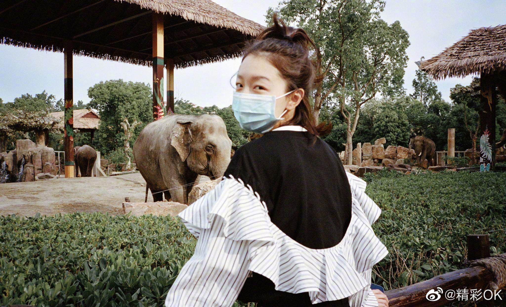 动物园游客照怎么拍?鬼马少女@周冬雨 告诉你!拼接卫衣活力灵动