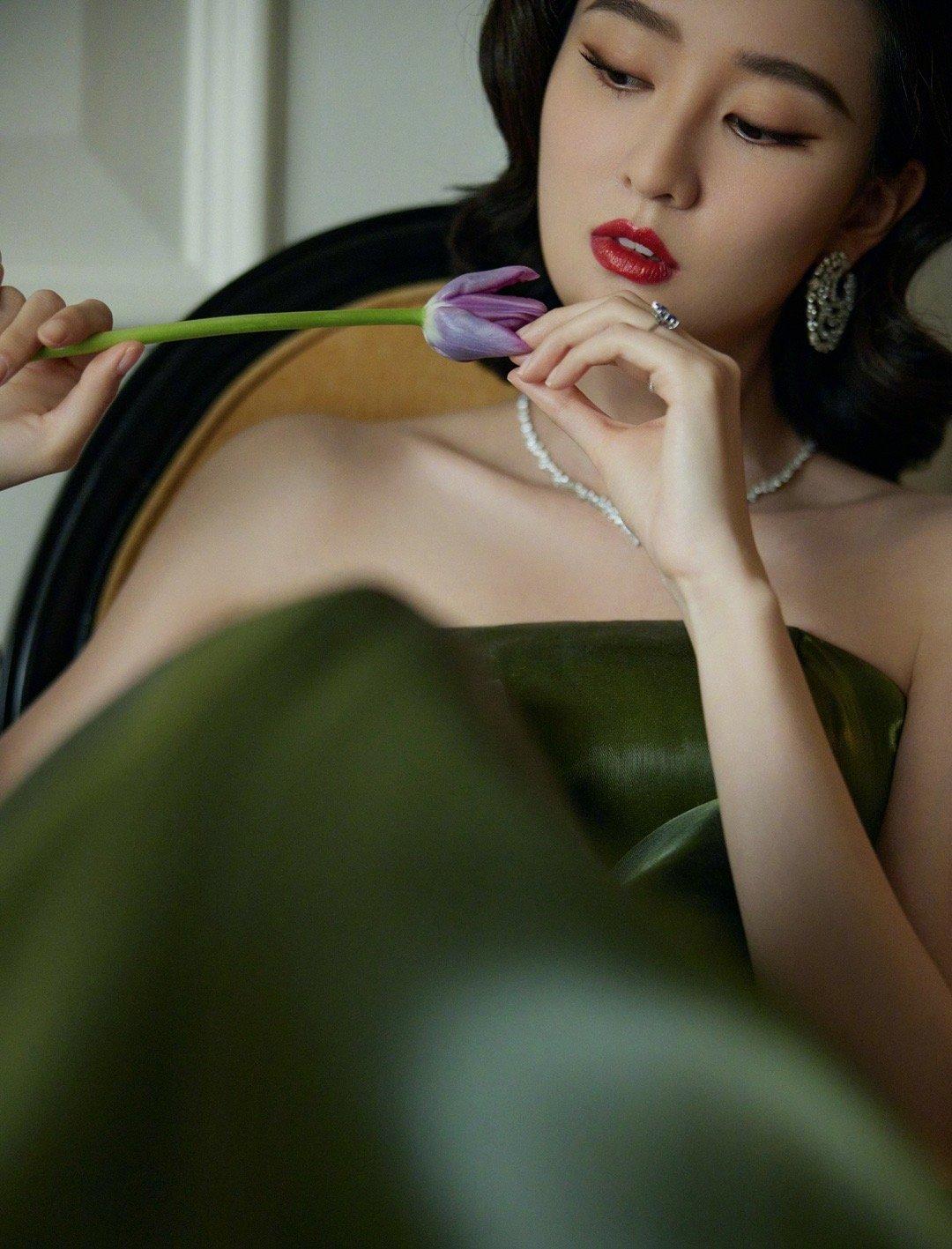 出席ELLE风尚大典造型,橄榄绿流光裙复古到极致