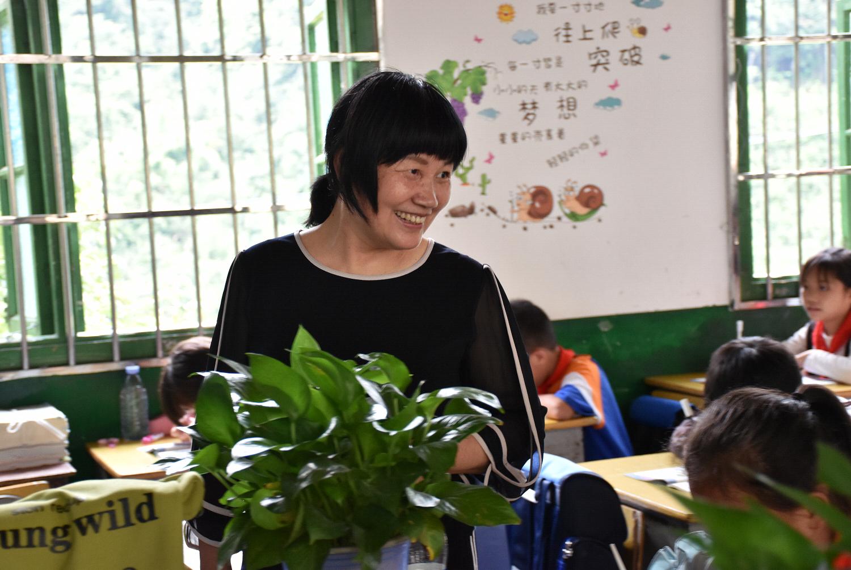 57岁乡村老师拄拐教书36年 街上人要么是她学生要么就是学生家长
