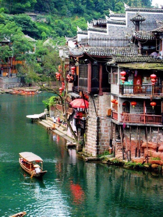 凤凰古城,柔美的沱江水,古色的吊脚楼,还有那暮霭、竹篁和船歌
