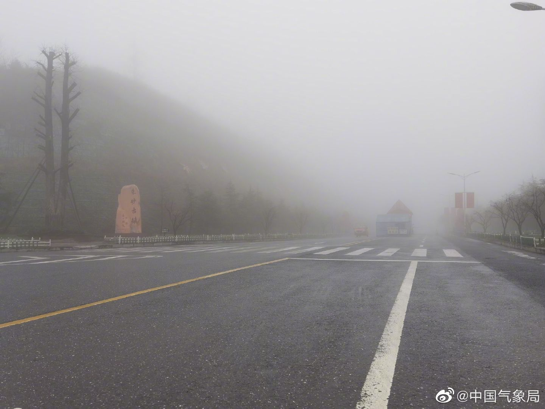 受冷空气影响,贵州万山出现了大雾天气。据悉