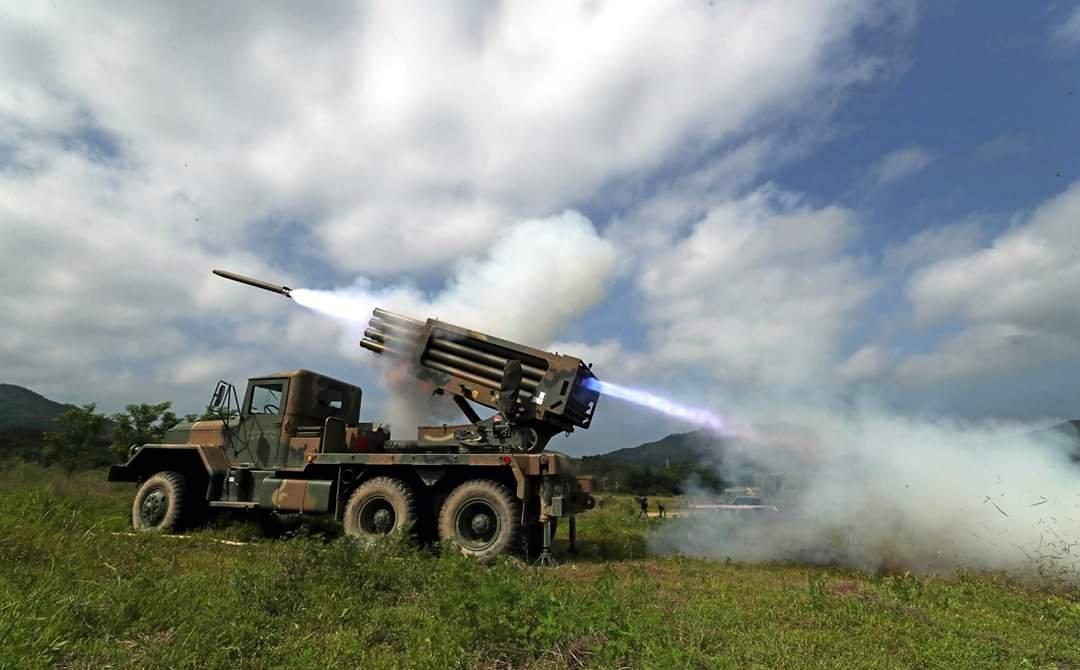"""韩国陆军第7炮兵旅""""飞龙""""营在实弹训练中发射130毫米口径K136A1""""九"""