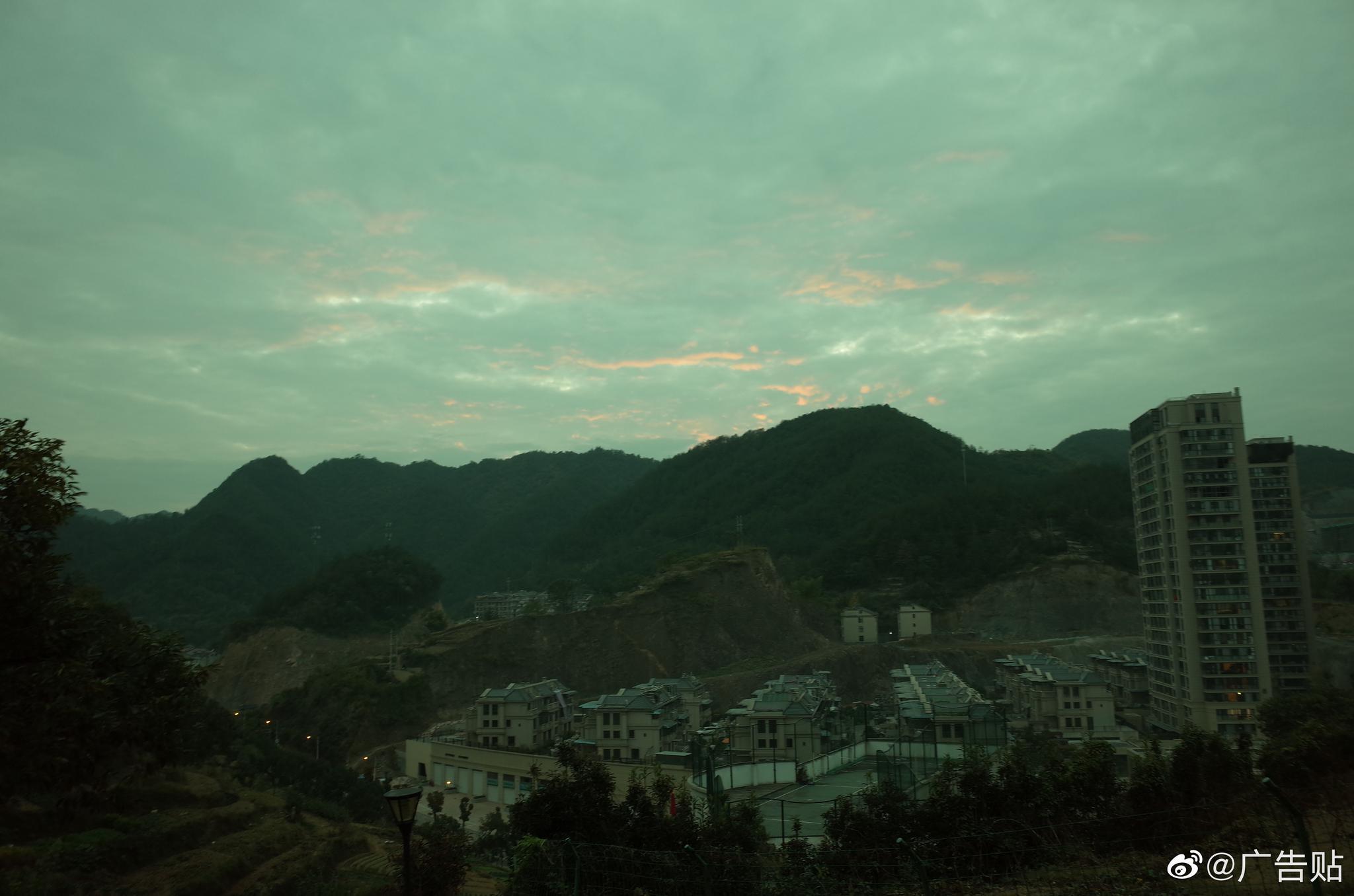 夜幕降临,爬爬花台山,看看安文夜景。
