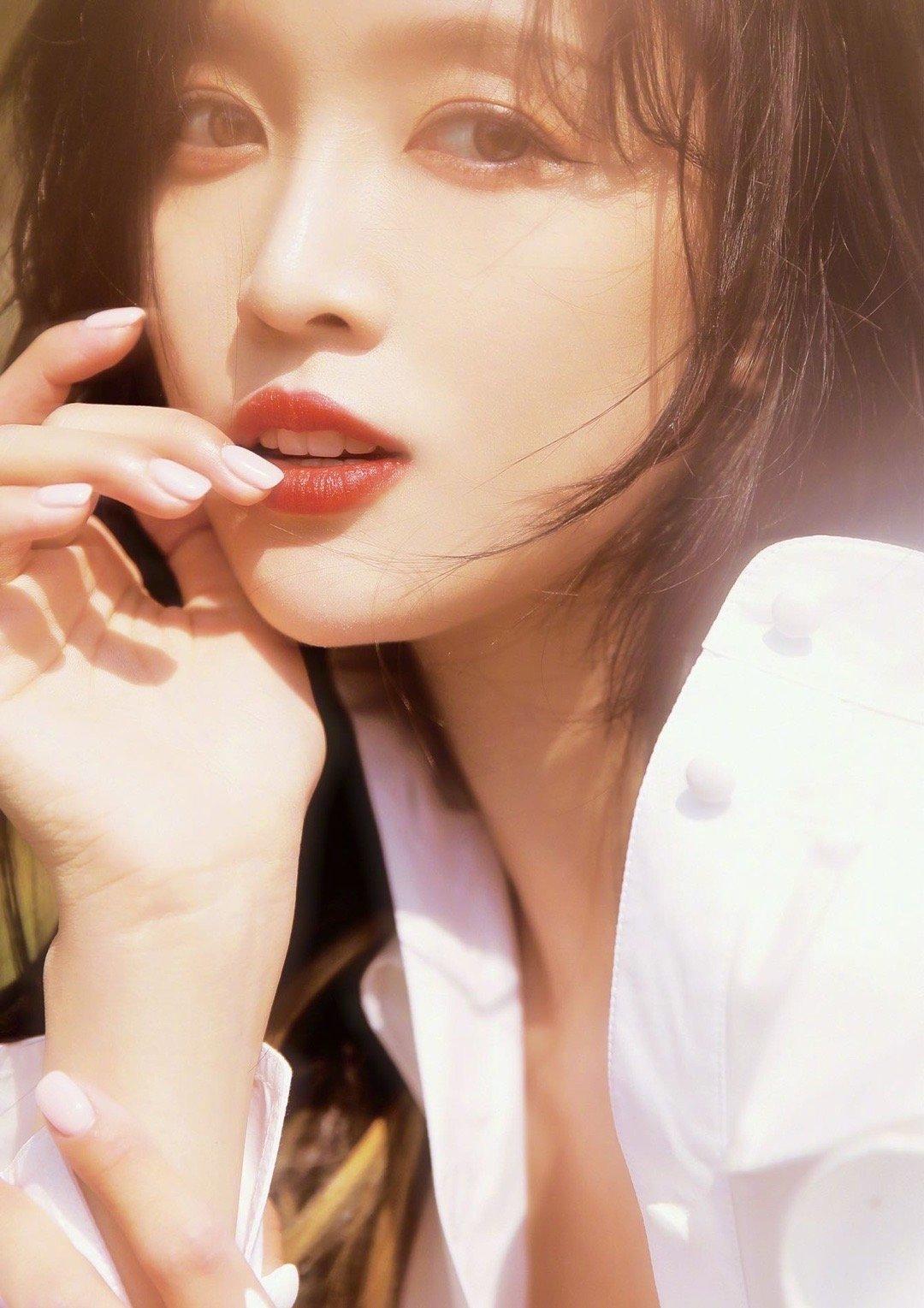 吴宣仪春日写真,穿白色衬衫裙搭配红唇,锁骨杀和长腿杀一起
