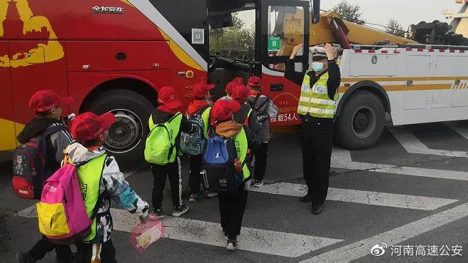 50名小学生因大巴车故障滞留高速,河南高速交警火速救援守护平安