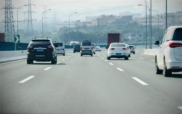 高速限速要统一120km/h?网友:哪些超速可免罚才是重点