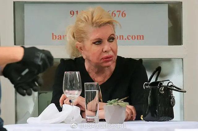 25日,伊万卡71岁母亲伊万娜一个人在一家意大利餐厅吃饭