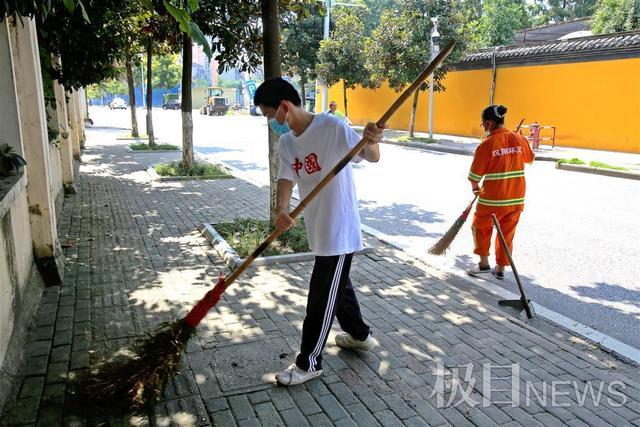 体验妈妈的不易,感受劳动创造美,大学新生开学前帮环卫妈妈清扫马路