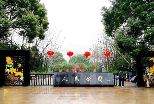 上海市区人民公园,因相亲角火遍全网,只在周末营业让人大开眼界