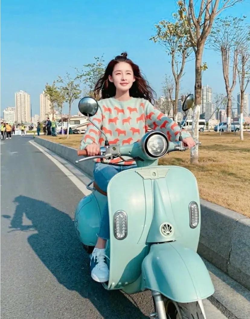 李沁冬日骑摩托照,身穿青绿色小马印花毛衣搭配牛仔裤,太可爱了!