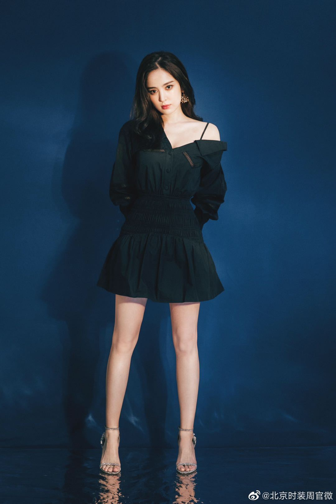 @我是娜扎 今日亮相某品牌线上活动,一袭小黑裙俏皮性感