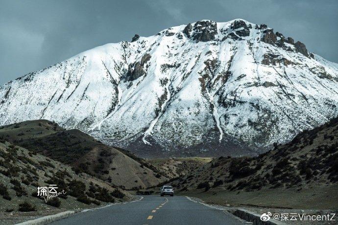 在藏区自驾,时常感叹于天空、白云和山峦的无比透彻