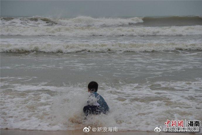 万宁市石梅湾风大浪高 游客淡定观浪