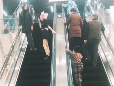 大学女生去商场表演遭遇咸猪手,回头看到那个人之后,她偷偷笑了