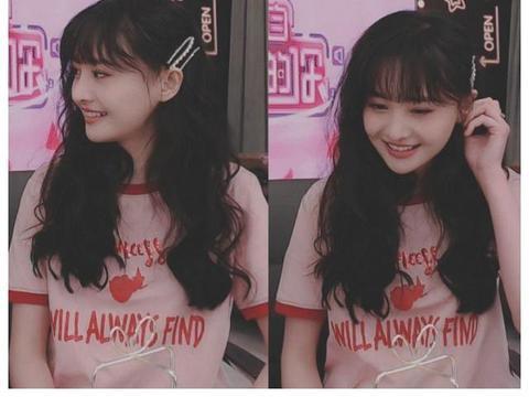 郑爽身穿粉色印花短袖做客薇娅直播间,依旧是超级自信状态好!